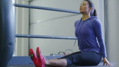 Woman stretching at gym — Stock Video