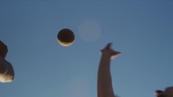 Dos jugadores de baloncesto que salta para una bola — Vídeo de stock