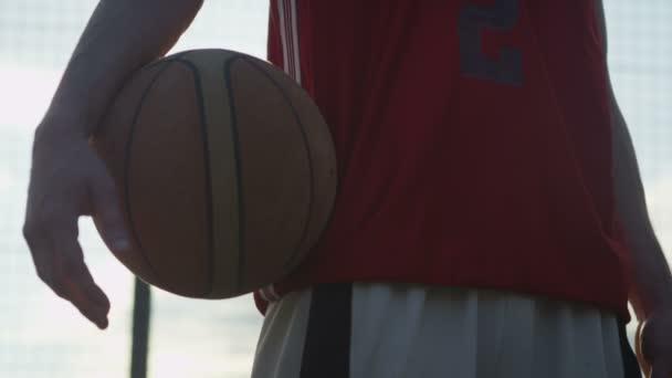Jugador de baloncesto masculino con una bola — Vídeo de stock