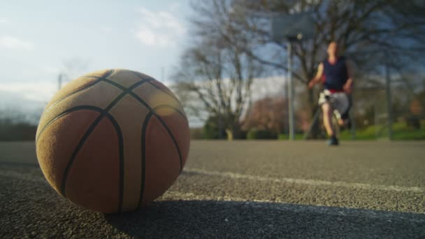 Jugador de baloncesto masculino para tomar una pelota — Vídeo de stock