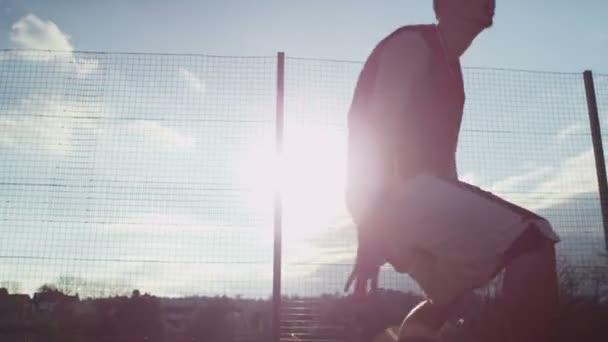Jugador de baloncesto masculino regates y tomando un tiro de salto — Vídeo de stock