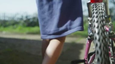 Young child pushing her bicycle — Stok video