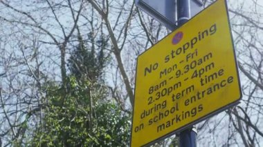 No stopping sign outside a school — Stok video