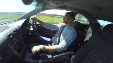 Člověk řídit auto — Stock video
