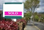 Blank sign with SOLD text on it, house market concept — Stock Photo