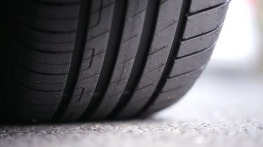 Car tyre tread on the road on a bright day — Stock Video