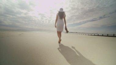 Woman on ocean beach — Stock Video