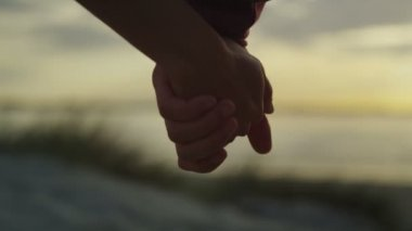 Par som håller hand — Stockvideo