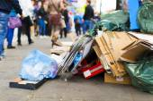 Litter and waste on a sidewalk with busy pedestrians — Fotografia Stock