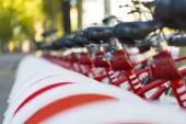 Larga fila de bicicletas públicas de alquiler con foco seleccionado en una de las motos — Foto de Stock