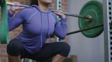 Woman finishing her squats reps — Stock Video