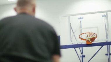 Man shooting and scoring five consecutive free throws in basketball — Vídeo stock