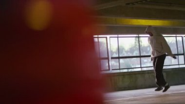 Hooded man jump roping — Stock Video