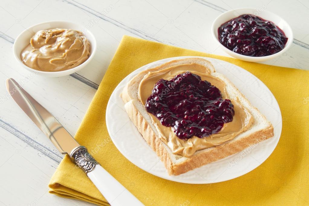 미국 아침: 빵과 땅콩 버터와 잼 (블루베리와 라스베리) 로빈 ...