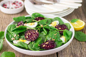 Fresh spinach salad, eggs and roasted beets — Stock Photo