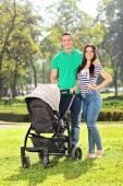 Föräldrar med barn i park — Stockfoto