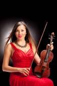 Violinista feminina posando — Fotografia Stock
