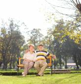 Mature couple relaxing in park — Stock Photo