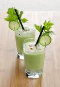 green organic vegetarian cocktail — Stock Photo