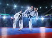 Dois lutadores de karatê feminino profissional estão lutando — Fotografia Stock