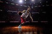 红色的篮球运动员,在行动 — 图库照片