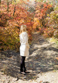 Beautiful girl in autumn forest — Stock Photo