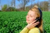 Mädchen in Kopfhörer — Stockfoto