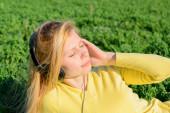 Çimenlerin üzerinde kulaklık kız — Stok fotoğraf
