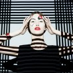 Fashion girl on geometric background — Stock Photo