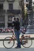 Photographer cyclist in Barcelona — Stock Photo