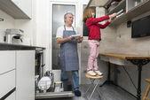 Family emptying the dishwasher — Stock Photo