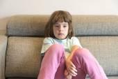 Lilla girll tittar på Tv — Stockfoto