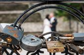 Rusty Love locks and couple on blurry background — Stock Photo