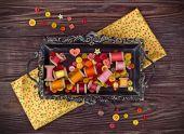 Nähen-Elemente in gelb und rot auf einem Vintage Tablett angeordnet — Stockfoto