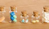 Pillen in Gläsern — Stockfoto