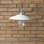 Vintage bílá lampa a červených cihel vinobraní na zeď - vintage tón — Stock fotografie