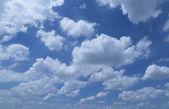 Białe chmury i błękitne niebo — Zdjęcie stockowe