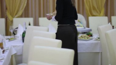 The waitress puts salads on the table in restaurant — Stock Video