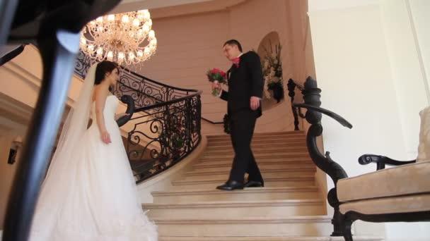 Novio le da un ramo para novia — Vídeo de stock