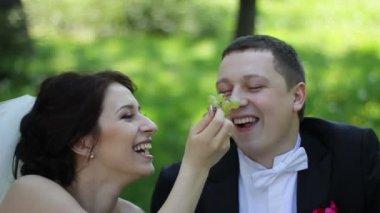 ブドウを食べて、笑顔の結婚式のカップル — ストックビデオ