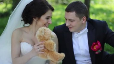 Wedding couple on picnic in park with teddy bear — Stock Video