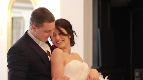 Novio y novia bailando — Vídeo de stock