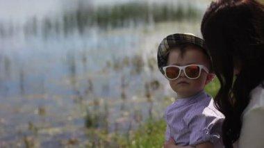強制的に笑顔を彼女の息子の母 — ストックビデオ