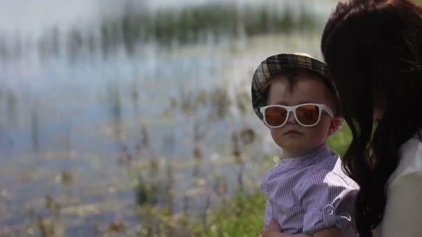 Madre obligada a su hijo sonreír — Vídeo de stock