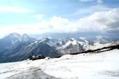 Ice slope of Mount Elbrus against the Big Caucasian spine — Stock Photo