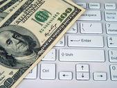 Dollars et ordinateur — Photo