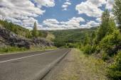 Road in the mountains of the Urals. — Stockfoto