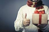 No face male holding the gift box — Stockfoto