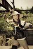 Красивый attrctive воин женского пола, держащий два меча и fighti — Стоковое фото