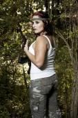 Jeune femme avec pistolet — Photo